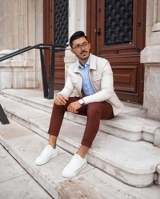 Come indossare e abbinare chino marroni: Potresti combinare una camicia giacca beige con chino marroni se cerchi uno stile ordinato e alla moda. Per distinguerti dagli altri, indossa un paio di sneakers basse di tela bianche.