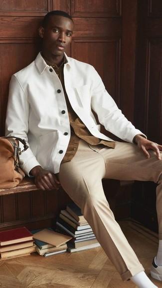 Come indossare e abbinare chino marrone chiaro: Potresti indossare una camicia giacca bianca e chino marrone chiaro per un drink dopo il lavoro. Non vuoi calcare troppo la mano con le scarpe? Prova con un paio di sneakers basse in pelle bianche e nere per la giornata.