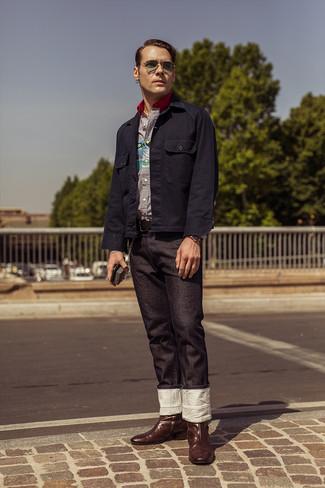 Come indossare e abbinare: camicia giacca blu scuro, camicia a maniche lunghe a righe verticali bianca e blu scuro, jeans neri, stivali texani in pelle marrone scuro