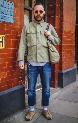 Come indossare e abbinare una camicia giacca verde oliva: Prova ad abbinare una camicia giacca verde oliva con jeans blu per un look spensierato e alla moda. Un paio di scarpe da barca in pelle scamosciata marrone chiaro si abbina alla perfezione a una grande varietà di outfit.