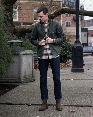 Come indossare e abbinare una camicia giacca verde scuro: Vestiti con una camicia giacca verde scuro e jeans blu scuro per un look spensierato e alla moda. Mettiti un paio di stivali chelsea in pelle scamosciata marrone scuro per dare un tocco classico al completo.