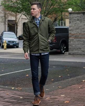 Come indossare e abbinare una camicia giacca verde scuro: Prova ad abbinare una camicia giacca verde scuro con jeans blu scuro per un outfit comodo ma studiato con cura. Stivali casual in pelle scamosciata marrone scuro sono una valida scelta per completare il look.