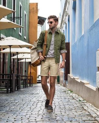 Come indossare e abbinare: camicia giacca verde oliva, camicia a maniche lunghe di lino a righe verticali bianca, pantaloncini beige, espadrillas di tela grigio scuro