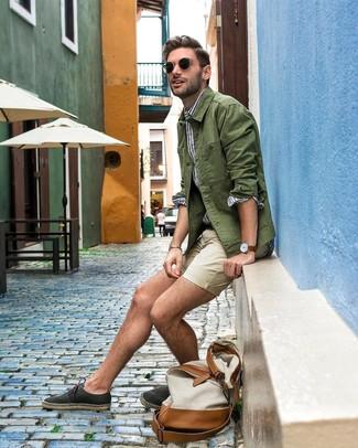 Come indossare e abbinare: camicia giacca verde oliva, camicia a maniche lunghe a righe verticali bianca e blu, pantaloncini beige, espadrillas di tela nere