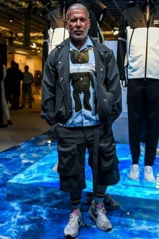 Trend da uomo 2020: Per creare un adatto a un pranzo con gli amici nel weekend punta su una camicia giacca grigio scuro e pantaloncini neri. Se non vuoi essere troppo formale, indossa un paio di scarpe sportive grigie.