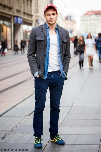 Come indossare e abbinare: camicia giacca di cotone grigio scuro, camicia a maniche lunghe in chambray blu, t-shirt con scollo a v bianca, chino blu scuro