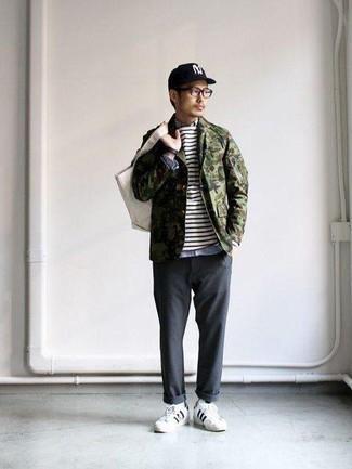 Come indossare e abbinare calzini bianchi: Per un outfit della massima comodità, potresti indossare una camicia giacca mimetica verde oliva e calzini bianchi. Scegli un paio di sneakers basse in pelle bianche e nere per un tocco virile.