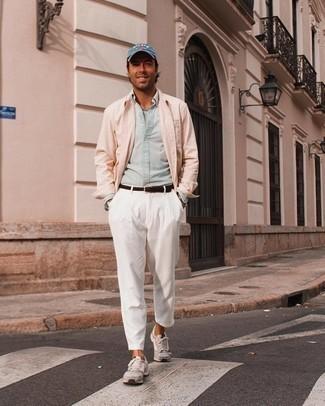 Come indossare e abbinare una camicia a maniche lunghe in chambray azzurra: Prova ad abbinare una camicia a maniche lunghe in chambray azzurra con chino bianchi per vestirti casual. Scegli un paio di scarpe sportive grigie come calzature per avere un aspetto più rilassato.