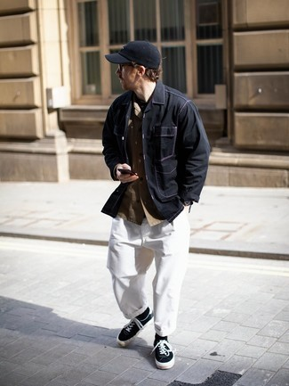 Come indossare e abbinare una camicia a maniche lunghe marrone: Indossa una camicia a maniche lunghe marrone con chino bianchi per un look raffinato per il tempo libero. Scegli un paio di sneakers basse di tela nere e bianche come calzature per avere un aspetto più rilassato.