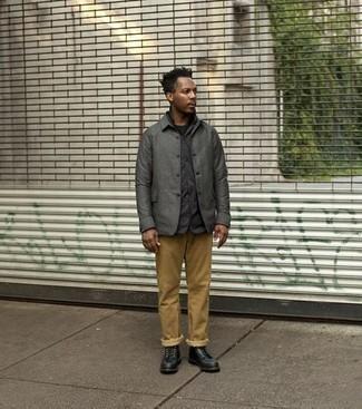 Come indossare e abbinare chino marrone chiaro: Abbina una camicia giacca grigio scuro con chino marrone chiaro, perfetto per il lavoro. Stivali casual in pelle neri sono una valida scelta per completare il look.