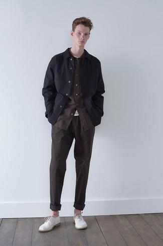 Come indossare e abbinare chino marrone scuro: Indossa una camicia giacca nera con chino marrone scuro per un drink dopo il lavoro. Calza un paio di scarpe derby di tela bianche per un tocco virile.