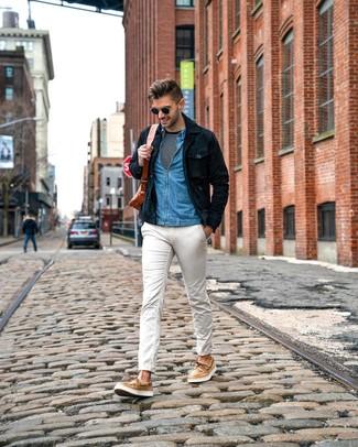 Come indossare e abbinare: camicia giacca in pelle scamosciata blu scuro, camicia di jeans blu, t-shirt manica lunga a righe orizzontali nera e bianca, chino bianchi