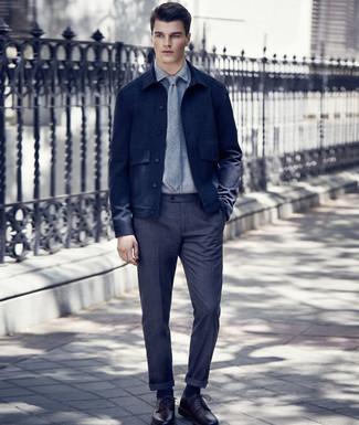 Come indossare e abbinare: camicia giacca di lana blu scuro, camicia elegante grigia, pantaloni eleganti di lana grigio scuro, scarpe derby in pelle bordeaux