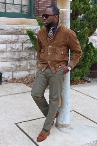 Come indossare e abbinare una cravatta a righe orizzontali marrone: Mostra il tuo stile in una camicia giacca in pelle scamosciata marrone con una cravatta a righe orizzontali marrone come un vero gentiluomo. Completa questo look con un paio di mocassini con nappine in pelle scamosciata marroni.