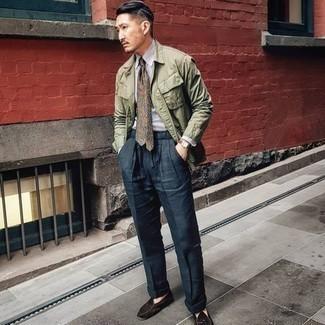 Come indossare e abbinare pantaloni eleganti blu scuro: Combina una camicia giacca verde oliva con pantaloni eleganti blu scuro per essere sofisticato e di classe. Mocassini eleganti in pelle scamosciata marrone scuro sono una interessante scelta per completare il look.