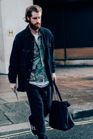 Come indossare e abbinare: camicia giacca di jeans blu scuro, camicia giacca mimetica verde oliva, t-shirt girocollo bianca, pantaloni sportivi neri