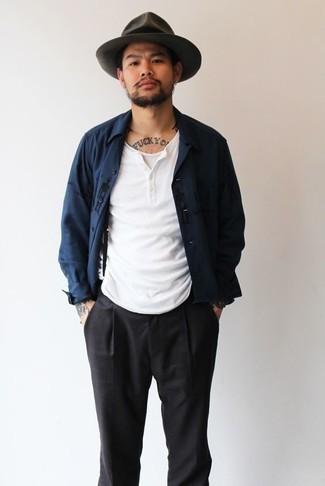 Come indossare e abbinare un borsalino di lana grigio scuro: Una camicia giacca blu scuro e un borsalino di lana grigio scuro sono un fantastico outfit da sfoggiare per il tuo guardaroba.