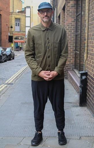 Come indossare e abbinare una camicia giacca verde oliva: Mostra il tuo stile in una camicia giacca verde oliva con chino neri per un look elegante ma non troppo appariscente. Scegli un paio di scarpe sportive nere per avere un aspetto più rilassato.