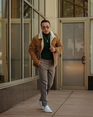 Come indossare e abbinare un dolcevita verde scuro: Potresti indossare un dolcevita verde scuro e chino grigi per affrontare con facilità la tua giornata. Scegli un paio di sneakers basse di tela bianche come calzature per avere un aspetto più rilassato.
