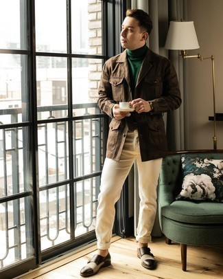 Come indossare e abbinare un dolcevita verde scuro: Prova a combinare un dolcevita verde scuro con chino beige per un look trendy e alla mano. Perché non aggiungere un paio di scarpe double monk in pelle marrone scuro per un tocco di stile in più?