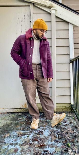 Trend da uomo 2020: Coniuga una camicia giacca viola melanzana con un dolcevita beige, perfetto per il lavoro.