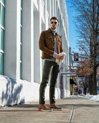 Come indossare e abbinare: camicia giacca in pelle scamosciata marrone, dolcevita lavorato a maglia grigio, pantaloni cargo verde scuro, stivaletti brogue in pelle marroni