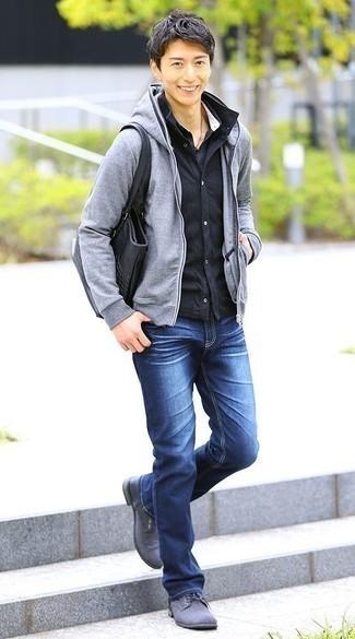 Come indossare e abbinare una camicia giacca blu scuro: Vestiti con una camicia giacca blu scuro e jeans blu per un look raffinato per il tempo libero. Mettiti un paio di scarpe derby di tela grigie per mettere in mostra il tuo gusto per le scarpe di alta moda.