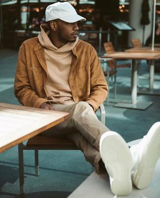 Come indossare: camicia giacca in pelle scamosciata terracotta, felpa con cappuccio marrone chiaro, chino beige, sneakers basse in pelle bianche