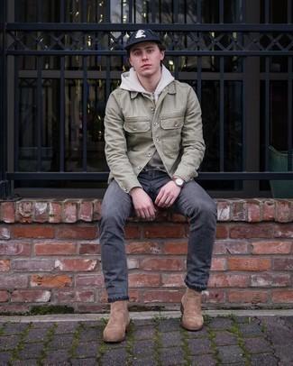 Come indossare e abbinare una felpa con cappuccio grigia: Potresti combinare una felpa con cappuccio grigia con jeans grigio scuro per un look semplice, da indossare ogni giorno. Scegli uno stile classico per le calzature e calza un paio di stivali chelsea in pelle scamosciata marroni.