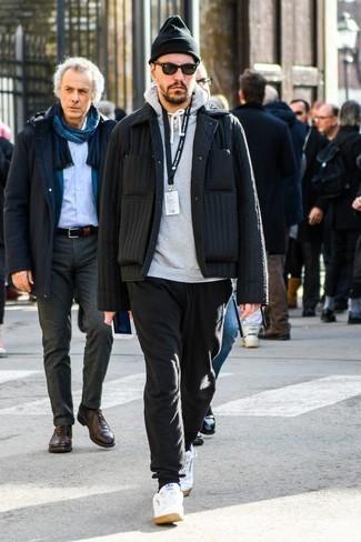 Come indossare e abbinare occhiali da sole neri: Mostra il tuo stile in una camicia giacca trapuntata nera con occhiali da sole neri per un outfit rilassato ma alla moda. Ti senti creativo? Completa il tuo outfit con un paio di sneakers basse in pelle bianche.