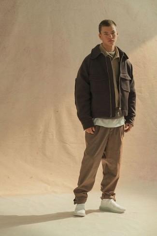 Come indossare e abbinare una camicia giacca marrone chiaro: Potresti abbinare una camicia giacca marrone chiaro con chino a quadri marrone chiaro per vestirti casual. Mettiti un paio di scarpe sportive bianche per avere un aspetto più rilassato.