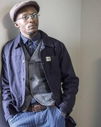 Come indossare e abbinare: camicia giacca blu scuro, gilet a righe verticali grigio, camicia a maniche lunghe a righe verticali blu scuro e bianca, jeans a righe verticali blu