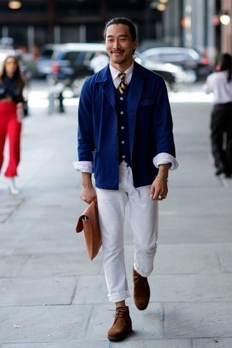 Come indossare e abbinare una camicia giacca blu scuro: Prova ad abbinare una camicia giacca blu scuro con chino bianchi per un look davvero alla moda. Chukka in pelle scamosciata marroni sono una gradevolissima scelta per completare il look.