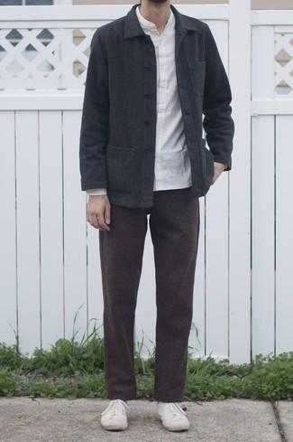Trend da uomo 2020: Opta per una camicia giacca grigio scuro e chino marrone scuro se preferisci uno stile ordinato e alla moda. Sneakers alte di tela bianche danno un tocco informale al tuo abbigliamento.