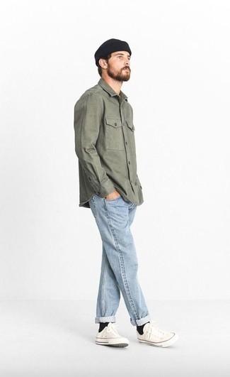 Come indossare e abbinare una camicia giacca verde oliva: Opta per una camicia giacca verde oliva e jeans azzurri per affrontare con facilità la tua giornata. Opta per un paio di sneakers basse di tela bianche per avere un aspetto più rilassato.