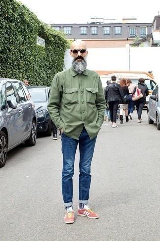 Trend da uomo 2020: Potresti indossare una camicia giacca verde oliva e jeans blu per vestirti casual. Se non vuoi essere troppo formale, scegli un paio di sneakers basse di tela rosa.