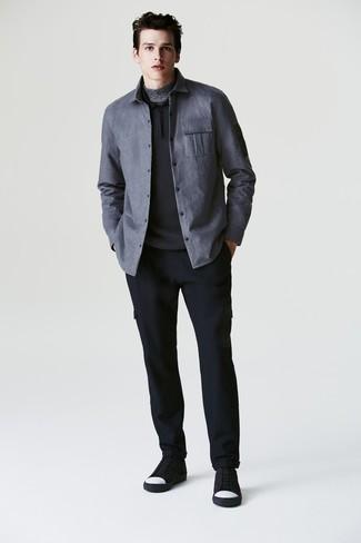 Come indossare e abbinare: camicia giacca grigia, maglia  a polo nera, dolcevita grigio, pantaloni cargo di lana blu scuro