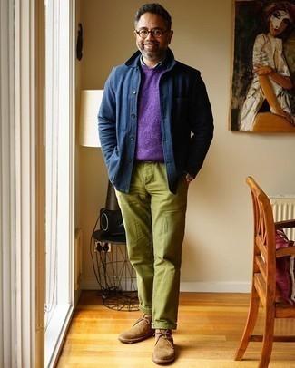 Come indossare e abbinare chino verde oliva: Potresti indossare una camicia giacca blu scuro e chino verde oliva per essere elegante ma non troppo formale. Chukka in pelle scamosciata marrone chiaro sono una buona scelta per completare il look.