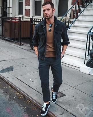 Come indossare e abbinare: camicia giacca di velluto a coste nera, maglione girocollo marrone, chino neri, sneakers basse di tela nere e bianche
