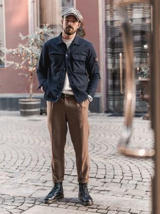 Trend da uomo 2020: Combina una camicia giacca blu scuro con chino marroni per un look elegante ma non troppo appariscente. Stivali casual in pelle neri sono una gradevolissima scelta per completare il look.