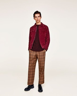 Trend da uomo 2020: Punta su un maglione girocollo bordeaux per un outfit comodo ma studiato con cura.