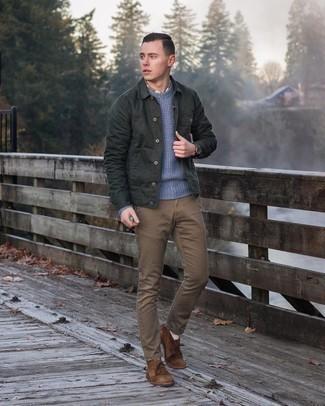 Come indossare e abbinare una camicia giacca verde scuro: Indossa una camicia giacca verde scuro con chino marroni per un drink dopo il lavoro. Perfeziona questo look con un paio di chukka in pelle scamosciata marroni.