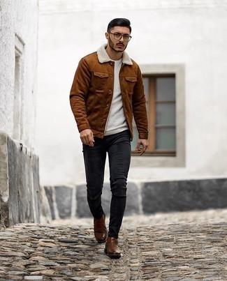 Trend da uomo 2020: Vestiti con una camicia giacca in pelle scamosciata terracotta e jeans aderenti neri per un look semplice, da indossare ogni giorno. Mettiti un paio di stivali chelsea in pelle marroni per un tocco virile.