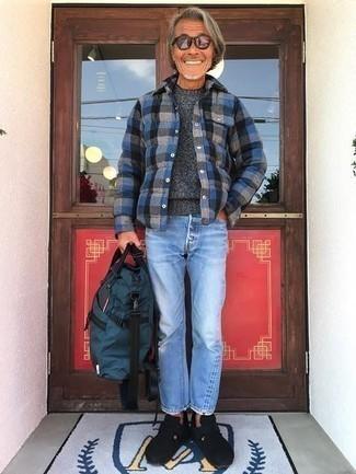 Come indossare e abbinare un maglione girocollo grigio scuro: Potresti abbinare un maglione girocollo grigio scuro con jeans azzurri per un look trendy e alla mano. Lascia uscire il Riccardo Scamarcio che è in te e scegli un paio di mocassini eleganti in pelle scamosciata neri per dare un tocco di classe al tuo look.