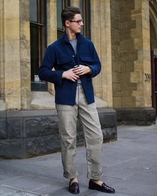 Come indossare e abbinare: camicia giacca di lana blu scuro, maglione girocollo azzurro, pantaloni cargo grigi, mocassini eleganti in pelle melanzana scuro