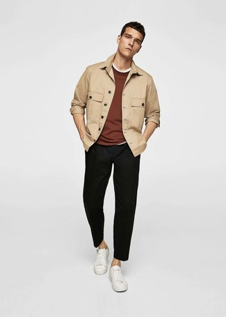 Come indossare e abbinare: camicia giacca marrone chiaro, maglione girocollo marrone, t-shirt girocollo bianca, chino neri