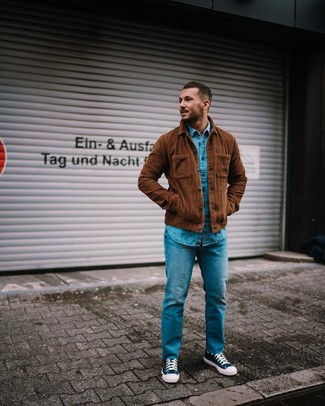 Come indossare e abbinare: camicia giacca di velluto a coste marrone, camicia di jeans blu, jeans blu, sneakers alte di tela blu scuro e bianche