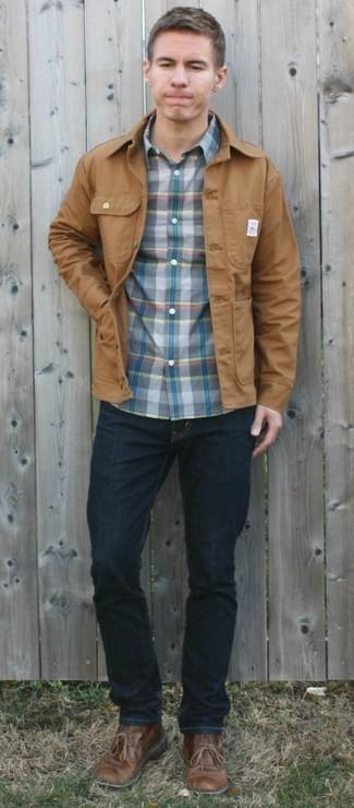 Come indossare e abbinare jeans blu scuro: Metti una camicia giacca marrone chiaro e jeans blu scuro per un fantastico look da sfoggiare nel weekend. Chukka in pelle marroni sono una valida scelta per completare il look.