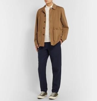 Trend da uomo 2020: Scegli una camicia giacca marrone chiaro e chino blu scuro per essere elegante ma non troppo formale. Scegli uno stile casual per le calzature con un paio di sneakers basse di tela verde oliva.