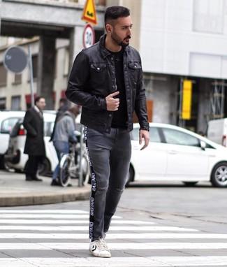Come indossare e abbinare jeans strappati grigio scuro: Indossa una camicia giacca in pelle nera e jeans strappati grigio scuro per un look trendy e alla mano. Completa questo look con un paio di sneakers basse in pelle bianche e nere.
